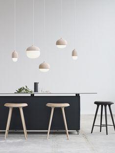 フィンランドのプロダクトデザイナーMaija Puoskariデザインのどんぐりの形のペンダントランプ、TERHO LAMP(ターホランプ)。