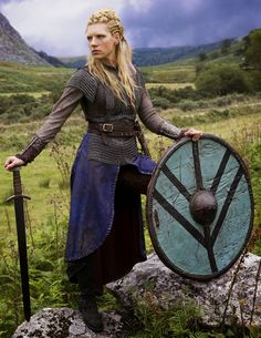 How accurate is Vikings by History Channel ? Is Ragnar Lothbrok real? What about Lagertha, Rollo & others? Vikings Lagertha, Ragnar Lothbrok, Floki, Vikings Tv Show, Vikings Tv Series, Katheryn Winnick, Costume Lagertha, Viking Meme, Escudo Viking