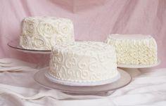 A Receita de Glacê de Leite Ninho Consistente é perfeita para você cobrir os seus bolos de forma prática, econômica e com muito sabor. Ele é econômico porq