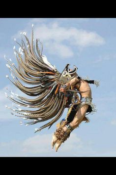Funny pictures about Aztec Dancer In All Its Glory. Oh, and cool pics about Aztec Dancer In All Its Glory. Also, Aztec Dancer In All Its Glory photos. Charles Freger, Aztec Culture, Aztec Warrior, Inka, Aztec Art, Foto Art, Mexican Art, People Of The World, Native American Art