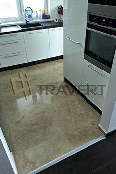 Interirérová dlažba do kuchyne z travertínu http://travert.sk/referencia/travertin-ivory-light-vyplneny-lesteny-v-kombinacii-v-kuchyni