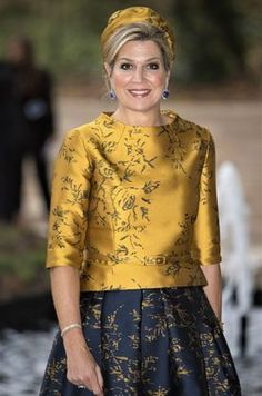 Queen Maxima opened the new office building of the Charity Lotteries in Amsterdam wearing a striking gold and blue outfit that had a matching hat and jewels Gala Dresses, Evening Dresses, African Print Dresses, Royal Fashion, Classy Outfits, Occasion Dresses, Couture Fashion, I Dress, Blouse Designs