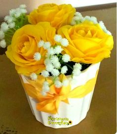 Deco Floral, Floral Design, White Flower Arrangements, Small Centerpieces, Beautiful Rose Flowers, Flower Boxes, Flower Crafts, Yellow Flowers, Colorful Flowers