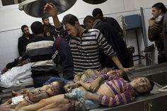 Los cadáveres de los niños de la familia Al Dallu muertos en la ciudad de Gaza, franja de Gaza, bajo los escombros del edificio que habitaban, que fue impactado por un misil. (AP)