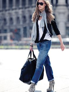 Boyfriend jeans rolled up with adorable zebra patterned boots + scarf + blazer = super cute Fall outfit Style Désinvolte Chic, Street Style Chic, Looks Street Style, Looks Style, Mode Style, Style Me, Tomboy Style, Androgynous Style, Style Blog