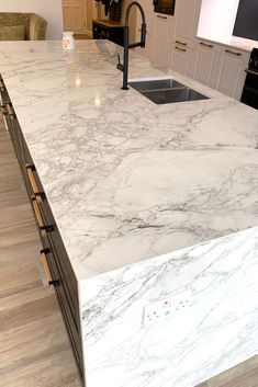 German kitchens, presented to you by Kutchenhaus. Reliable kitchens made to meet your highest quality standards. Marble Effect Worktops, Marble Kitchen Worktops, White Granite Kitchen, Kitchen Island Materials, Island Kitchen, Bergen, Kitchen Extractor, Waterfall Island, Marble Island
