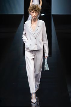 Giorgio Armani Milano - Spring Summer 2019 Ready-To-Wear - Shows - Vogue. Women's Runway Fashion, Fashion 2020, Women's Fashion, Fashion Weeks, Fashion Women, Fashion Brands, Fashion Show Collection, Spring Collection, Giorgio Armani