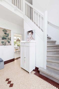 Lichte hal met witte kast bij Deborah en Wouter uit aflevering 3, seizoen 2 | Make-over door Frans Uyterlinde | Fotografie Barbara Kieboom