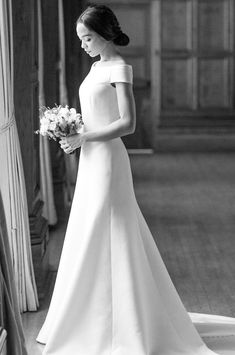Wedding Designs A Meghan Markle inspired minimal boat neck wedding gown to fulfill all of your Royal Wedding dreams. Lux, timeless, and chic. Wedding Dress Gallery, Boho Wedding Dress, Designer Wedding Dresses, Bridal Gowns, Wedding Gowns, Top Wedding Trends, Wedding Designs, Buy Wedding Dress Online, Meghan Markle Wedding Dress