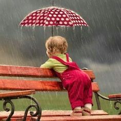Rainy day, a little boy insisted on an umbrella, waiting for their parents to come back.