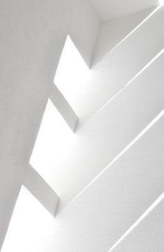 Light shines through the windows on a white wall | interior design. Innenarchitektur . design d'intérieur | #lovligianna