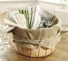 Different basket, but easy way to put out napkins and utensils. Burlap Projects, Burlap Crafts, Pottery Barn Baskets, Bushel Baskets, Picnic Baskets, Picnic Table, Apple Baskets, Deco Table, Decoration Table