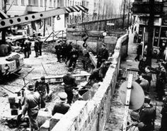 Construction du mur de Berlin, 1961.