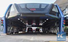 China começa a testar seu modelo de ônibus elevado