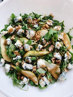 Gorgonzola Salad Recipe, Gorgonzola Pasta, Pear Walnut Salad, Pear Salad, Easy Summer Salads, Easy Salads, Healthy Summer, Pear Recipes Easy, Healthy Recipes