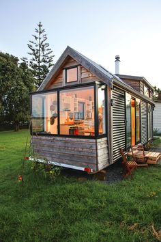 Video: Sustainable living in a tiny house on wheels, take a tour of Cam and Aman. Video: Sustainable living in a tiny house on wheels, take a tour of Cam and Amanda& sweet tiny home - thisNZlife Best Tiny House, Modern Tiny House, Tiny House Design, Small Tiny House, Cool House Designs, Building A Tiny House, Tiny House Plans, Tiny House On Wheels, Homes On Wheels