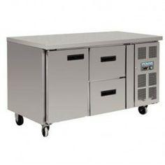 Mostrador frigorífico con una puerta y dos cajones, que puede utilizarse como superficie de trabajo, maximizando el espacio útil. Contiene dos cajones con capacidad para una bandeja Gastronorm 1/1 de 150 mm cada uno y cuatro bandejas GN 1/1 de 100 mm profundidad en puerta. Descongelación automática.