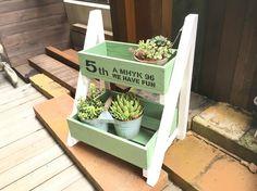 ボックスが2段になった、お花屋さんの什器のような花台を作ってみませんか?お好きな色でペイントができます