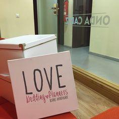 ¡Ya estamos aquí! En un ratito os espero en El Mirador de Onda Cádiz para hablar de invitaciones y branding divertido para bodas bonitas.  ¡Feliz miércoles, Lovers!  Ali LOVE #yosoyLover #love #amor #television #tv #radio #OndaCádiz #happy #feliz #wedding #weddingplanner #weddingplannerCádiz #Cádiz #sun #beach #playa #paradores #boda #bodaLOVE #bodasúnicas #bodasbonitas #branding #breakfast #pink #rosa #deco #design #diseño #dream