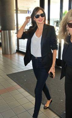 Look de Miranda Kerr: Blazer Negro, Camiseta con Cuello Barco Blanca, Vaqueros Pitillo Azul Marino, Bailarinas de Cuero Negras