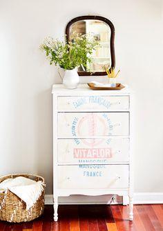 26 Creative Ideas to Turn Flea-Market Finds into Simple DIY Storage Painted Furniture, Diy Furniture, Furniture Refinishing, Refurbished Furniture, Repurposed Furniture, Furniture Projects, Vintage Furniture, Diy Storage, Storage Baskets