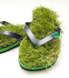 「KUSA flip flops」と名付けられたサンダルは、見た目そのままで草がソールに生えています。これでいつでも芝生の上を歩いているような感覚を得られるというもの。もちろん芝生は偽物なので、メンテナンスの必要はありません。インパクト重視の商品ですが、とりあえずつっこまざるをえないのは間違いありません。なお、砂浜などを歩くと、くっきり「KUSA」の文字が刻まれるようになっているようです。価格は29.95オーストラリアドルで日本へも発送してくれるようです。