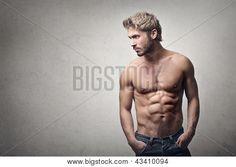 bell'uomo muscoloso su sfondo grigio
