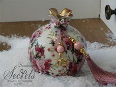 Εικόνα με Γούρι 2019 Χριστουγεννιάτικο διακοσμητικό ρόδι Xmas Crafts, Diy And Crafts, Christmas Decoupage, Decoupage Vintage, Pomegranate, Stencils, Christmas Bulbs, Projects To Try, Apple