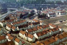 Foto uit 1975 van de Sterrenwijk te Utrecht. Links op de voorgrond de Zenithstraat en rechts het kaalgeslagen terrein aan weerszijden van de Krommerijnstraat.Foto gemaakt door J.P. Tieges.