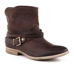 Arezzo | Inverno 2014 Bota Cano Curto Truffa Boots Store, Crystal Shoes, Nike Shox, Vans Authentic, Coco Chanel, Brown Boots, Ankle Boots, Style Inspiration, Oxford