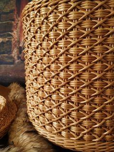 Newspaper Basket, Newspaper Crafts, Basket Weaving Patterns, Making Baskets, Diy General, Cafe Interior Design, Paper Weaving, Braids With Weave, Rattan Basket