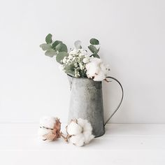 Eucalyptus leaves and cotton flowers // Floral arrangement Deco Nature, Cotton Blossom, Succulent Centerpieces, Deco Floral, Eucalyptus Leaves, Bougainvillea, Back To Nature, Ikebana, Dried Flowers