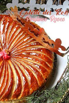 Galette aux amandes frangipane et pralines roses Galette Frangipane, Praline Rose, Twelfth Night, Dessert Drinks, Summer Drinks, Apple Pie, Sweets, Meat, December
