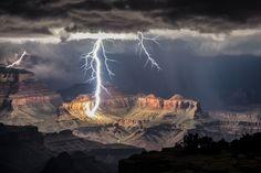 Un éclair illumine le Grand Canyon