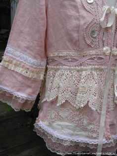 ROMANTIC upcycled jacket Vintage Kitty by sistersroseandruby Moda Vintage, Vintage Lace, Upcycled Vintage, Vintage Pink, Boho Fashion, Vintage Fashion, Romantic Outfit, Altered Couture, Altering Clothes