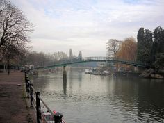 Eel Pie Island, in the River Thames at Twickenham in London, can be reached only by footbridge or boat. Eel Pie Island was earlier called Twickenham Ait and, before that, The Parish Ait; even earlier the island was three separate aits. Richmond Surrey, Richmond Upon Thames, Richmond Park, Thames Path, River Thames, Places To Travel, Places To Go, St Margaret, London Places