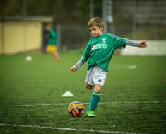 Is your child showing interest in starting soccer? These important soccer tips for moms of young kids will help keep you sane during soccer season. Football Training Drills, Soccer Drills, Soccer Tips, Kd Lang, Sport Treiben, Soccer Season, Randal, Soccer Practice, Health Research