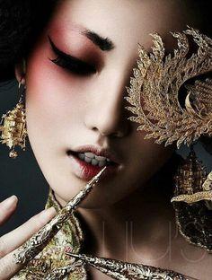 Inspiration japonaise/ geisha - Red eyeshadow Perfect make up look too for RuZaa Shred Art Beauty Makeup, Eye Makeup, Hair Beauty, Geisha Makeup, Gold Makeup, Makeup Style, Beauty Art, Make Up Art, How To Make