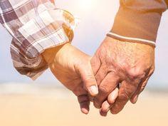 Niezwykła para z Turcji jest dowodem na to, że stara miłość nie rdzewieje. Mustafa i Döndü mają ponad 90 lat i uczucie rozkwitło w nich na nowo po tym, jak spotkali się po 77 latach rozłąki w domu opi...