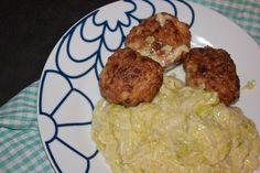 Kyllingefrikadeller med bacon og flødestuvet spidskål