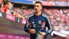 """ความเคลื่อนไหว""""เสือใต้""""บาเยิร์น มิวนิค ยอดทีมแกร่งบุนเดสลีก้า เยอรมัน ล่าสุด! ได้จัดการปล่อยตัว ซานโดร วากเนอร์ กองหน้าร่างโย่งของทีมในวัย 31 ปี ออกจากถิ่นอัลลิอันซ์ อารีน่า เป็นที่เรียบร้อยแล้ว ตามข่าว! บาเยิร์น ขายอดีตแข้งเบรเมน, ฮอฟเฟ่นไฮม์ ให้กับ เทียนจิน เทด้า สโมสรในศึกไชนีส ซูเปอร์ลีก ด้วยค่าตัว 5 ล้านยูโร ขณะที่ตัวนักเตะเซ็นสัญญา 2 ปี และรับค่าเหนื่อยปีละ 7.5 ล้านยูโร จากต้นสังกัดใหม่ Baseball Cards, Sports, Tops, Fashion, Hs Sports, Moda, Fashion Styles, Sport, Fashion Illustrations"""