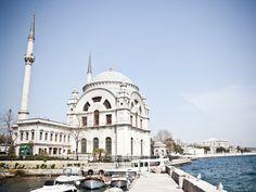 La mosquée de Mecidiye, au bord du Bosphore à Istanbul, en Turquie.