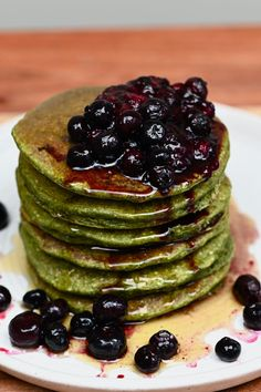 A stack of green spinach pancakes topped with berry compote All You Need Is, Ginger Lemonade, Cucumber Lemonade, Spinach Pancakes, Homemade Tahini, Making Grilled Cheese, Speed Foods, Cinnamon Oatmeal, Oatmeal Pancakes