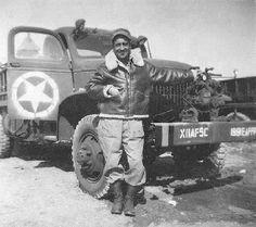 A Bomber Jacket e a Flight Jacket são jaquetas diferentes que ao longo do tempo acabaram sendo chamadas pelo mesmo nome. Surgiram da necessidade de um uniforme para pilotos que, em período de guerra, acabavam enfrentando temperaturas extremas dentro de seus aviões. A Bomber, originalmente feita em couro de cabra, foi desenhada para a Segunda Guerra Mundial em 1930. Já a Flight Jacket, teve as principais versões nas décadas de 50 e 60, utilizando materiais mais funcionais. Military Personnel, Military Men, Shark Mouth, Leather Flight Jacket, Air Fighter, Types Of Jackets, Fighter Aircraft, Us Navy, World War Two