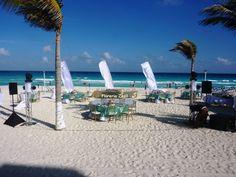 Linda recepción para boda en las paradisiacas playa de Cancún. www.floreriazazil.com