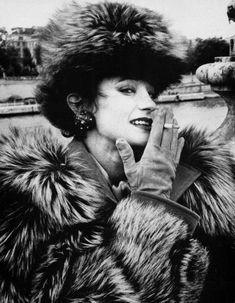 Loulou de la Falaise fut la muse d'Yves Saint Laurent et du Swinging London. Alors que paraît un livre hommage, son amie Betty Catroux nous raconte une vie de fêtes et de passion. http://www.elle.fr/Mode/Dossiers-mode/Loulou-de-la-Falaise-racontee-par-Betty-Catroux-2854418