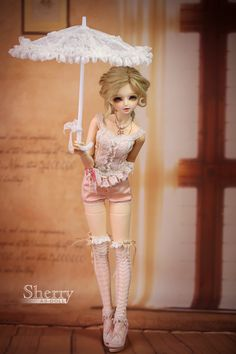 I've wanted a ball joint doll for years now! So amazing how beautifully the art is done