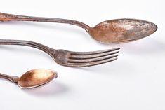 Πώς να γυαλίσεις τα ασημικά εύκολα και αποτελεσματικά - www.olivemagazine.gr Clean House, Cleaning Hacks, Tableware, Jewelry, Alphabet, Easter, Silver, Baking Soda, Dinnerware