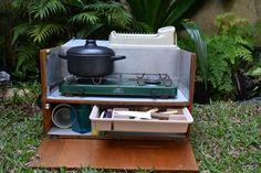 A Cozinha Planejada de Camping ou Chuck Box, como é chamado lá fora, é um item bastante presente na tralha do campista familiar ou mesmo daqueles que buscam praticidade em viagens com muitos destinos e pouco tempo para montar grandes acampamentos. A grande vantagem dessas caixas é ter tudo sempre à mão, organizado e pronto …