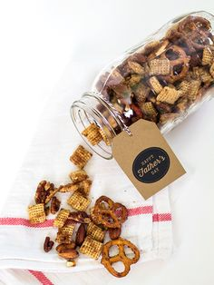 Make dad a sweet and savory snack mix this Father's Day! Gift it in a mason jar with one of the free printable gift tags. by Sarah Hearts Diy Father's Day Gifts Easy, Diy Gifts For Dad, Father's Day Diy, Gifts For Father, Homemade Gifts, Pot Mason, Mason Jars, Pots, Snack Mix Recipes
